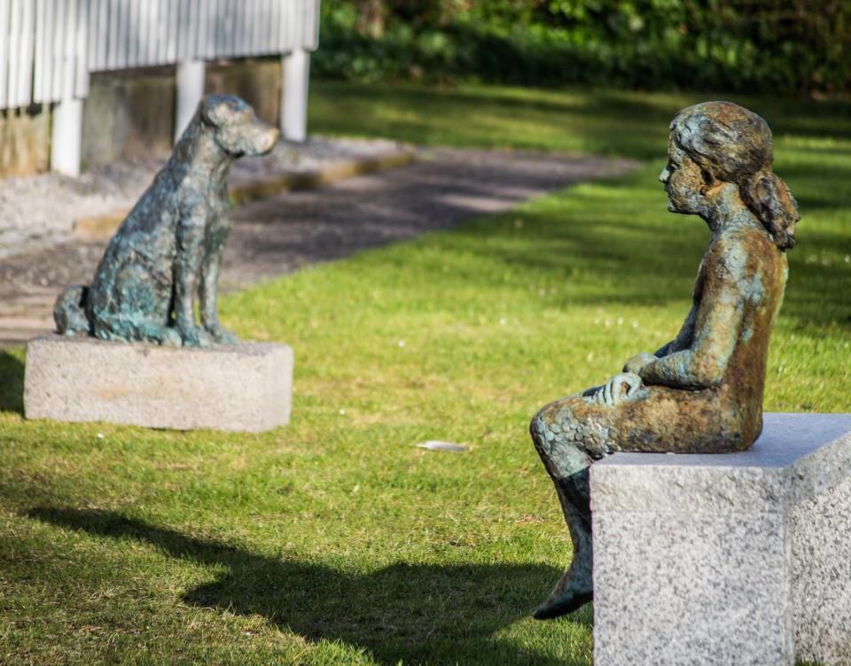 Bambina seduta e corto cane